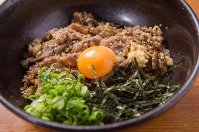 【写真を見る】甘辛く味付けされた牛肉でがっつりいただく「肉月見ぶっかけうどん」(700円)