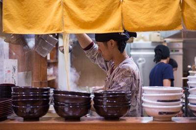 店主の津久田純平さん。温度、湿度、気候などで日々変わるうどんの状況と向き合う