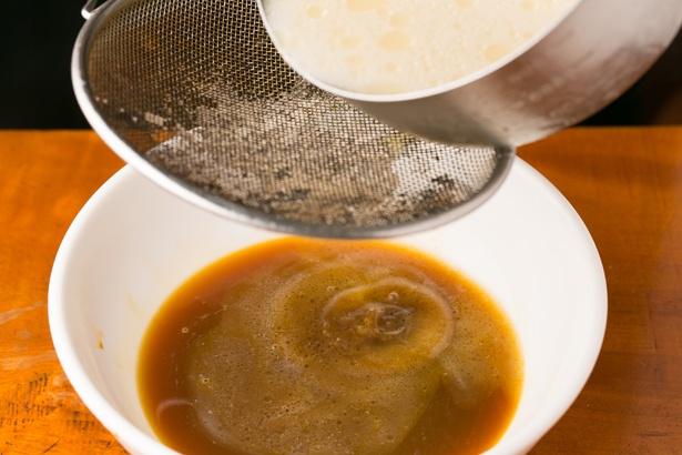 溶き卵の上から、勢いよくスープを注ぐのがポイント/「萬珍軒」