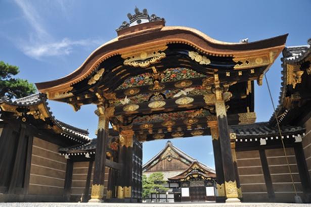紅葉は見えないが、重要文化財の唐門は二条城の見どころの一つ