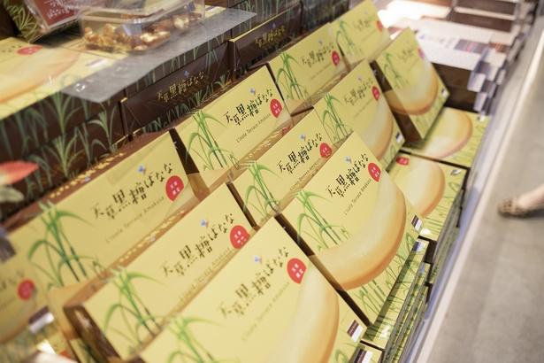 さまざまな天草みやげを販売する「リゾラマーケット」。一番人気は「天草黒糖ばなな」(8本入り432円、20本入り864円)