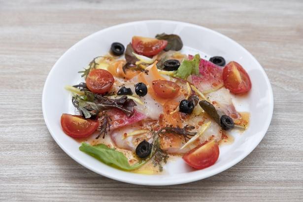 天草魚介のカルパッチョ(950円)。天草の魚介をオリーブオイルと魚醤の特製ドレッシングで