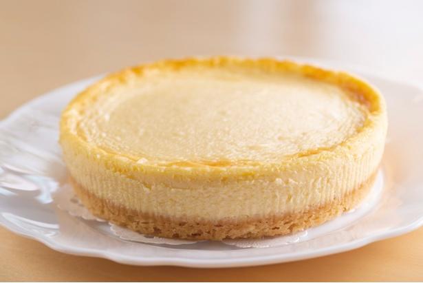 サクサクのタルトと濃厚なチーズのコクが広がる「ベイクドチーズケーキ(14cm~)」(2,160円)