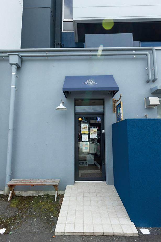 青い外観が目印の「ベイクドチーズ専門店 デボンポート」
