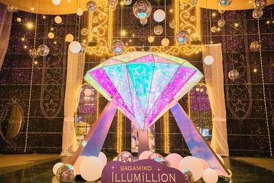 光のプレゼントBOXの中には、大きなダイヤモンドのオブジェクトと50万球のLEDによるイルミネーションショーが楽しめる