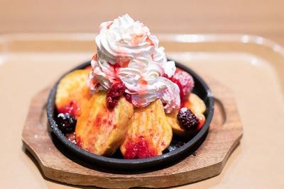 甘さ控えめなので男性でも楽しめる「鉄板フレンチトースト」(950円)。イチゴソースとキャラメルソースが選べる
