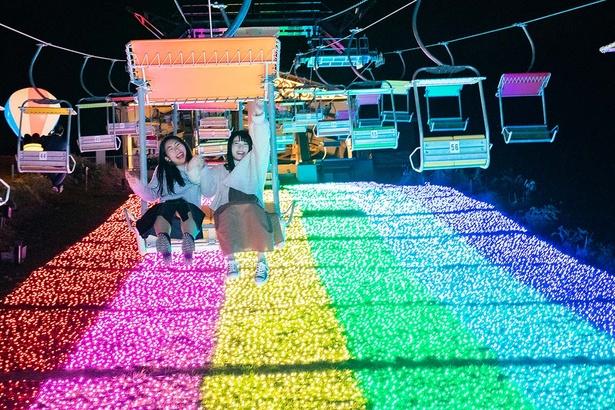 「虹のリフト」で楽しむ女の子たち
