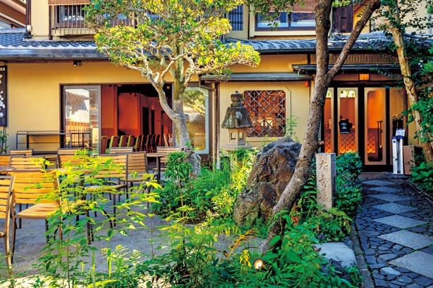 日本庭園を眺められるテラス席は開放感あり/MACCHA HOUSE抹茶館清水産寧坂店