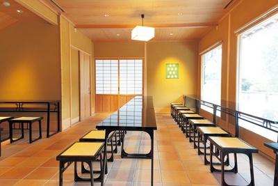 大きな窓を設けた店内からも日本庭園が眺められる/稲荷茶寮