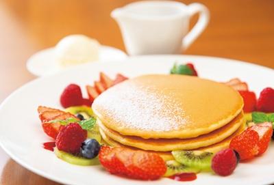 長年愛されているメニューをトッピングでアレンジした季節のパンケーキ(1800円)/ 帝国ホテル 大阪 CAFÉ COUVERT