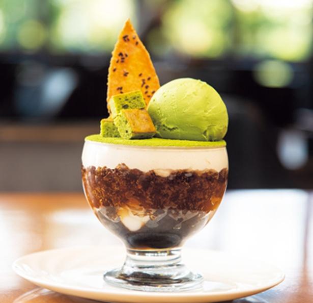 【写真を見る】白玉や黒糖ゼリーが入る和パフェ(1600円)/ 帝国ホテル 大阪 CAFÉ COUVERT