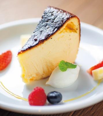 たっぷりチーズを使用したKIHARU チーズケーキ バスクスタイル(S、540円)/クロスホテル京都 KIHARU Brasserie