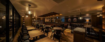 店内には、京都、文化、食などをキーワードにセレクトされた本が並ぶ/ホテルリソルトリニティ京都 御池麩屋町BLUE BOOKS cafe KYOTO