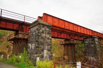 鹿ノ谷駅付近には複線だった時の橋の跡が残っています。奥の橋は現在の夕張支線です