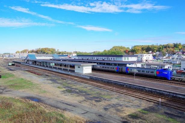 追分駅に停車中の特急「スーパーおおぞら」と石勝線の普通列車。広大な空き地はかつて石炭列車などが多数並んだ線路跡です
