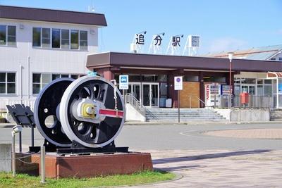 追分駅前にはSLの動輪がモニュメントに。鉄道の要衝として発展してきた証