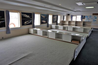 これを見て懐かしいと感じる方、いるのでは?黒い四角い枕もありますよ。いい場所を確保するため、青森駅や函館駅で列車を降り、駆け足で桟橋へ向かいましたよね