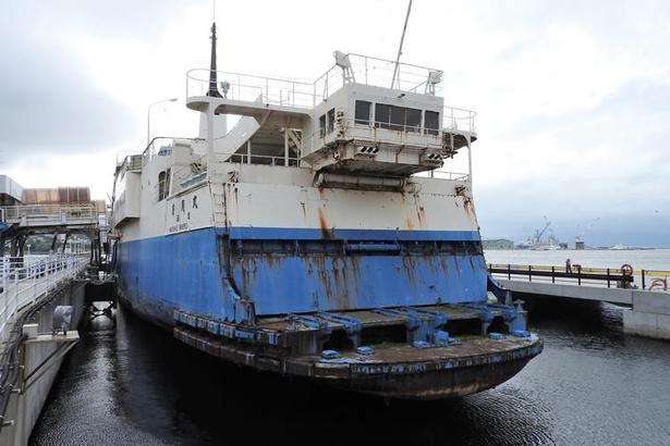 函館市青函連絡船記念館摩周丸は陸地に設置されているのではなく、現在も海に浮かんでいます