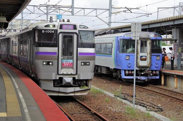 はこだてライナー(左)と臨時特急列車「ニセコ」号