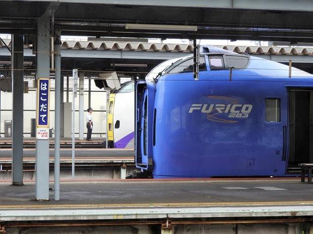 函館駅に並ぶ特急列車スーパー北斗