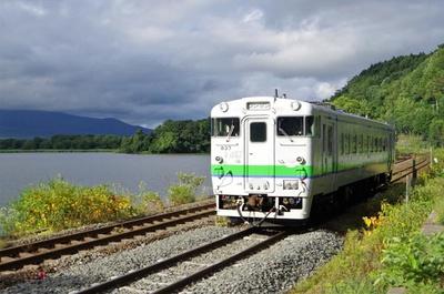 大沼駅~仁山駅間を走行する普通列車。一見複線のようですが、手前が新函館北斗を経由する路線で、奥が経由しない路線。単線が2つ並んでいる区間です