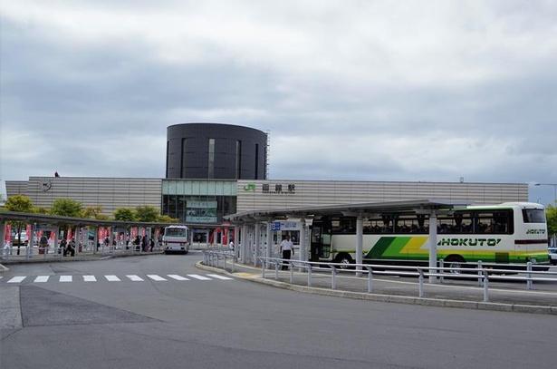 連絡船のイメージを醸し出したデザインの函館駅の駅舎