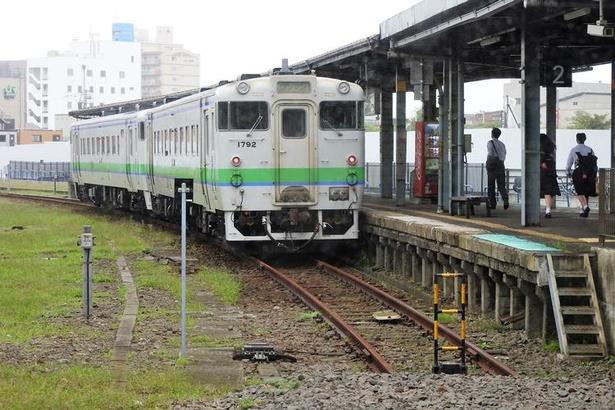 函館本線の普通列車。かつてはこの先へ線路が伸び、青函連絡船の桟橋へとつながっていました