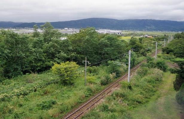 七飯駅を出ると藤城線は高架区間となり、眼下に新函館北斗駅へと通じる線路が、遠くに新幹線の高架橋が見えます