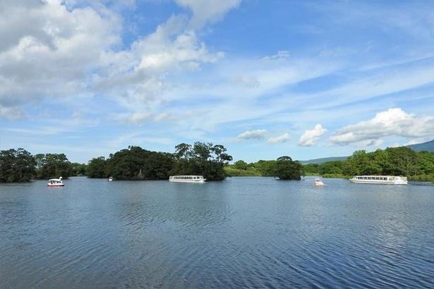 遊覧船や手こぎボートなどが浮かぶ大沼湖