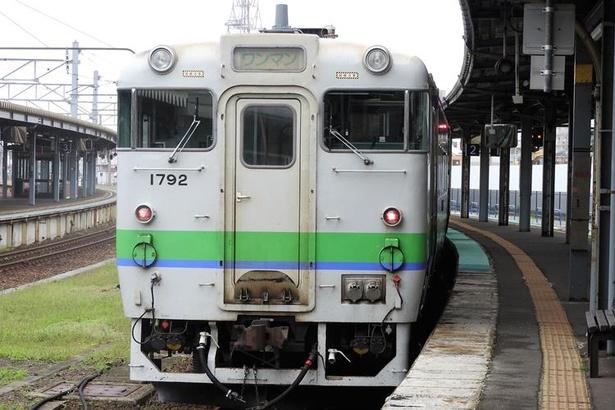 函館駅に停車中の12:34発森駅行普通列車。通称、「藤城」線と呼ばれている区間を通って大沼駅へと向かいます