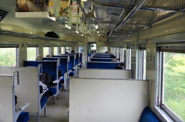 森駅を出発した1両編成の普通列車。ボックス席に1~2人程度の乗車率です
