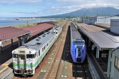 海に面した森駅。背後に見える駒ケ岳を囲むように、右側山麓に大沼公園駅経由の路線があり、左側山麓に鹿部駅経由の路線があります