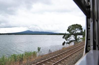 大沼駅を出てすぐ、右手車窓には小沼湖が広がります