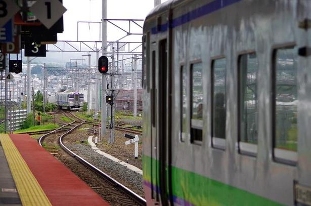 新函館北斗駅に到着した普通列車。函館駅発のはこだてライナーが到着するのを待って出発します