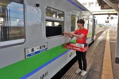 列車の窓越しでいかめしを購入。現在駅弁をこのように買える風景は、日本国中見渡しても珍しいのでは?