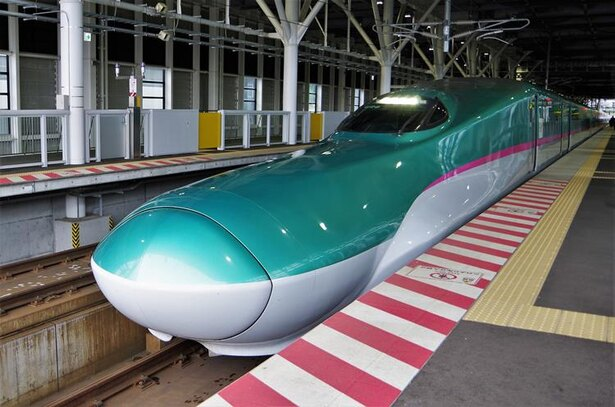 新函館北斗駅に停車する北海道新幹線(写真の車両はE5系)