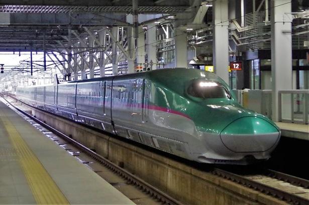 東北地方を駆け抜け、新函館北斗駅へ到着する北海道新幹線はやぶさ