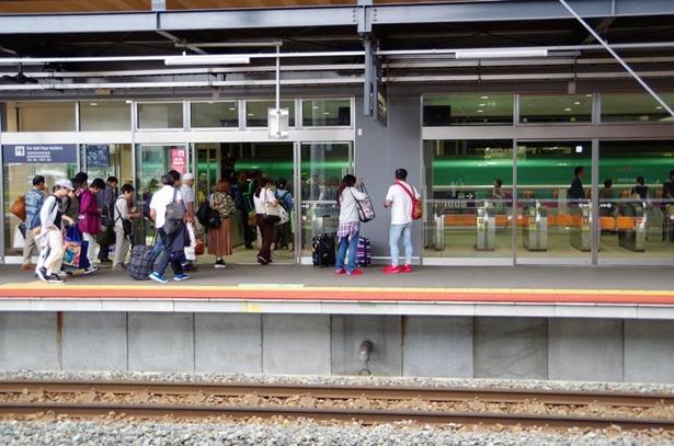 到着した在来線(手前線路)から新幹線(ガラス奥)へ乗り換え。このように平面移動で改札を通るだけ!