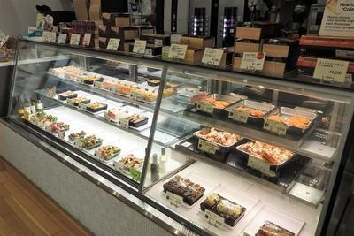 ショーケースに並ぶカフェ弁の商品など。既製品ではなく、毎日スタッフが早朝から店内で調理しているオリジナル商品です