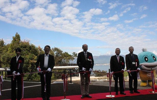 篠原徹館長(左から2番目)と関係者ら、そして滋賀県イメージキャラクターのキャッフィーも駆け付けた