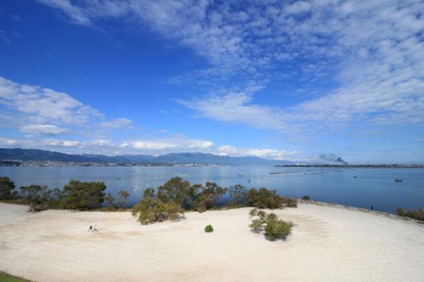 鳥の目デッキから見た琵琶湖。鳥の目デッキの地上高は10m、これを10倍すると琵琶湖の一番深い水深に匹敵する。