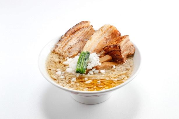 【写真を見る】見た目も満足!極太麺とトリプル肉でガッツリ背脂系「トリプルチャーシュー」(1030円)