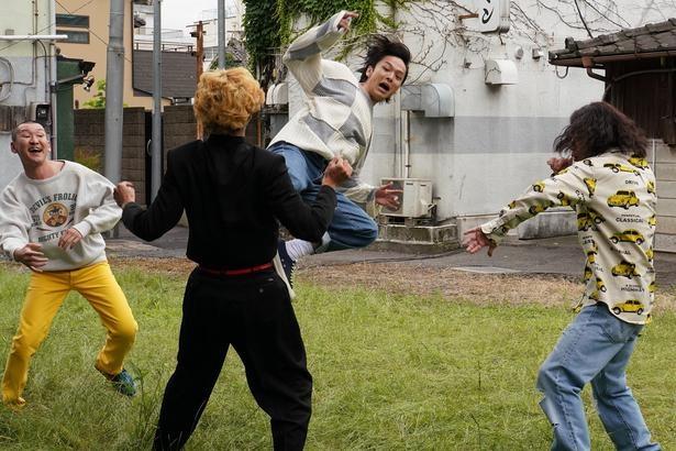 """【写真を見る】中村倫也が賀来賢人に飛び蹴り!!""""狂犬""""っぷりに惚れる…"""