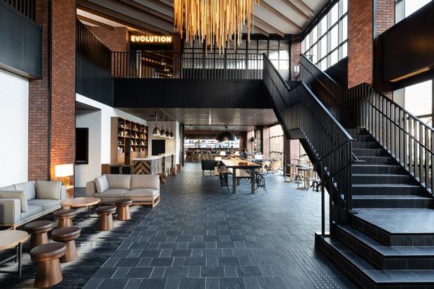 【写真を見る】開放感あふれるロビーに、客室やレストランへの期待が高まる!