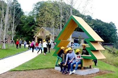 開業前に地元の小学校がメッツァビレッジを見学した