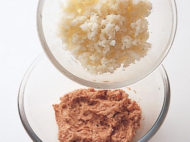 白い軸の部分は細かく刻んでひき肉と混ぜ、ボリュームアップ。