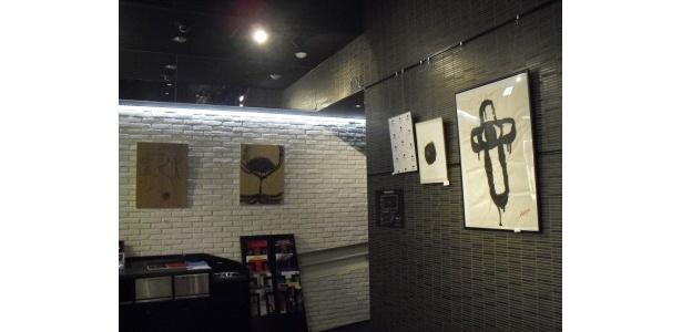 カフェスペースの壁にはアートな作品が