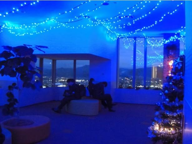 【写真を見る】ブルー系の星空イルミが夜景の窓とコラボレーション