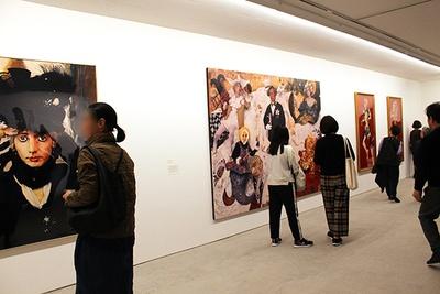 貴重な初期作品が見られる展示室は、多くの森村ファンであふれかえっていた