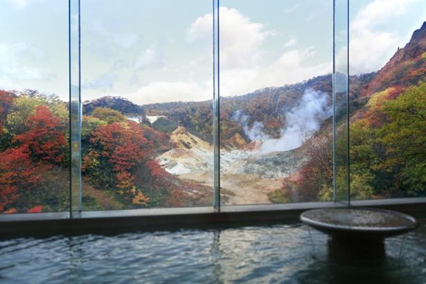 第一滝本館の食塩泉。窓の外には名所、登別地獄谷が見えます